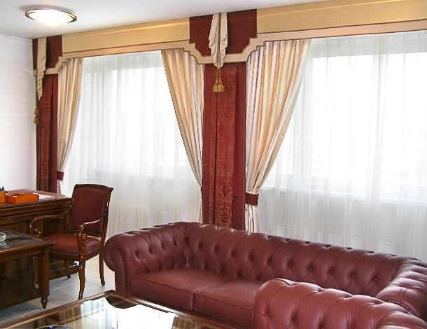 Рабочая обстановка кабинетов посольства требует четких и строгих линий в шторах и ламбрекенах. Лишь яркие, насыщенные цвета являются репликой к национальному колориту.